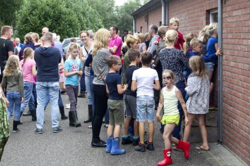 PIGGYS PALACE ERIC STEGINK OPENDAG 404949  Erik Stegink ontvangt kinderen (van het COA) tijdens open dag op Piggy's Palace in Bathmen (Ov.) om ze kennis te laten maken met de varkenshouderij.